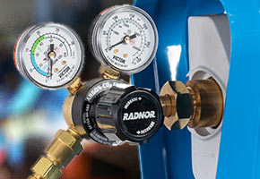 Close-up shot of RADNOR cylinder regulator mounted to a SMARTOP™ welding gas cylinder.